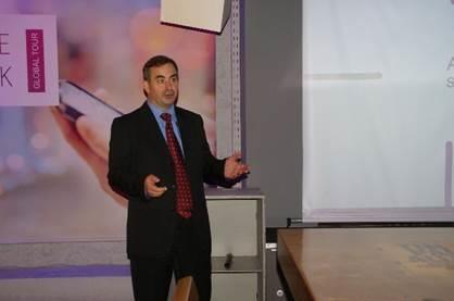 OAlex Nozdrinπαρουσιάζει στους δημοσιογράφους τις νέες λύσεις από την Xerox